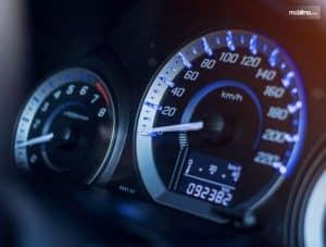 Umumnya kita ketahui bahwa pada kendaraan memiliki alat yang berfungsi untuk mengukur kecepatan laju kendaraan atau jarak yang telah ditempuh oleh kendaraan tersebut sejak diproduksi oleh pabrik. Speedometer sendiri memiliki dua jenis, yaitu speedometer digital dan speedometer analog.