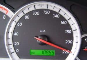 Speedometer, baik tipe digital ataupun analog sama saja. Yaitu akan berfungsi atau akan bekerja jika kendaraan mulai bergerak. Gerakan yang terjadi pada kendaraan inilah yang mengakibatkan rodan dengan dan poros transmisi berputar.