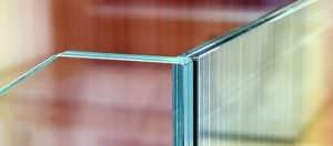 Yang kedua, jenis kaca laminated. Laminated glass merupakan dua lapis kaca yang disisipkan lembaran film, yakni polyvinyl butiran film (PVB) yang biasanya dipsang pada windshield atau kaca bagian depan mobil. Dengan kemampuan menahan benturan, kaca jenis ini tidak mudah pecah.